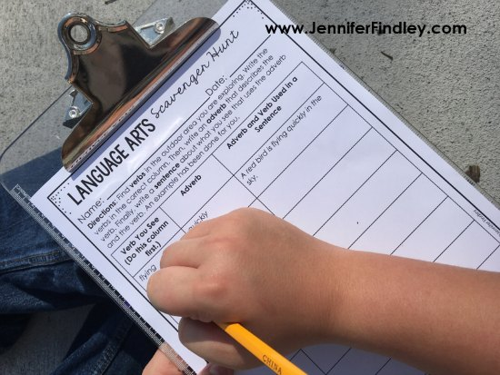 FREE language arts scavenger hunt printable! Click through to read more outdoor learning activities for grades 3-5!